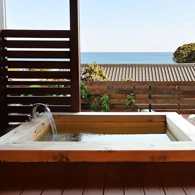 海を眺め温泉を楽しむ至福のひと時